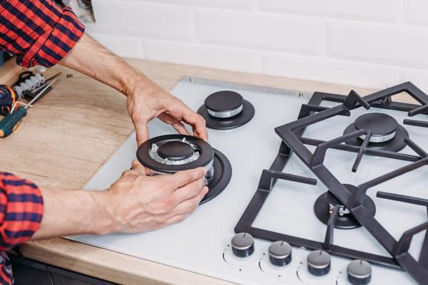 برای تمیز کردن قطعات مختلف اجاق گاز میتوانید از مواد پاک کننده طبیعی مانند جوش شیرین یا سرکه استفاده کنید
