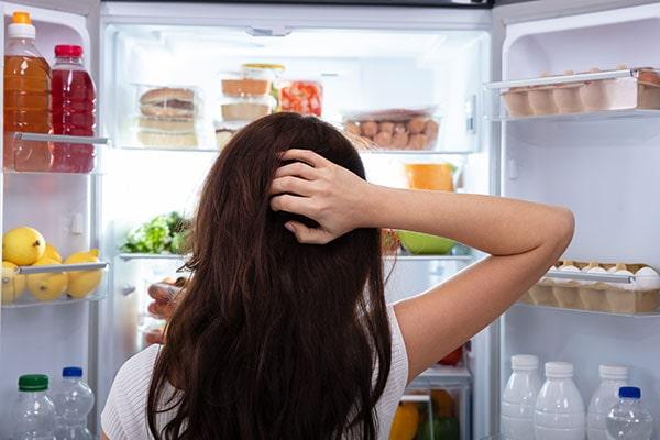 رطوبت با برخورد به سرمای داخل یخچال، دچار میعان شده و به شبنم و قطرههای ریز آب تبدیل میشود