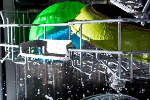 انباشته کردن ظروف روی هم در ظرفشویی، باعث خیس ماندن آنها در پایان شستشو میشود