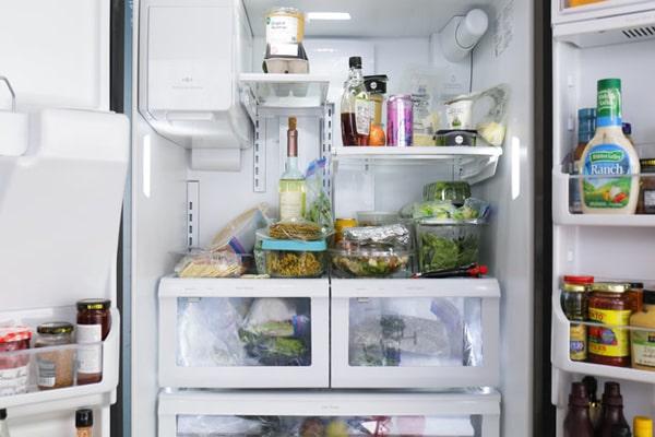 میزان دمای مطلوب یخچال بین صفر تا پنج درجه است. دمای مناسب از عرق کردن یخچال جلوگیری میکند