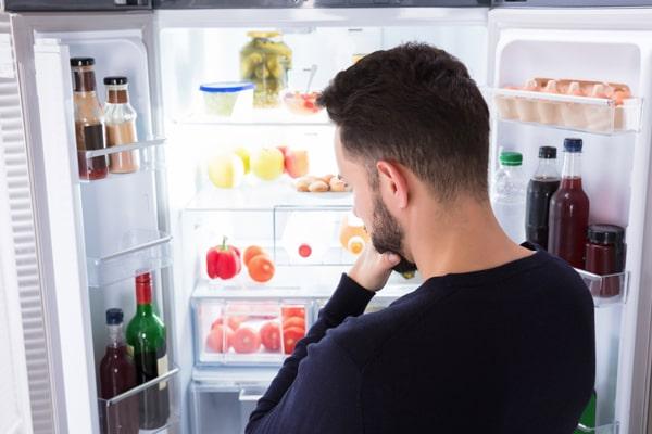 قرار دادن مواد غذایی داغ در یخچال، سطح رطوبت دستگاه را بالا برده و دما را نامتعادل میکند