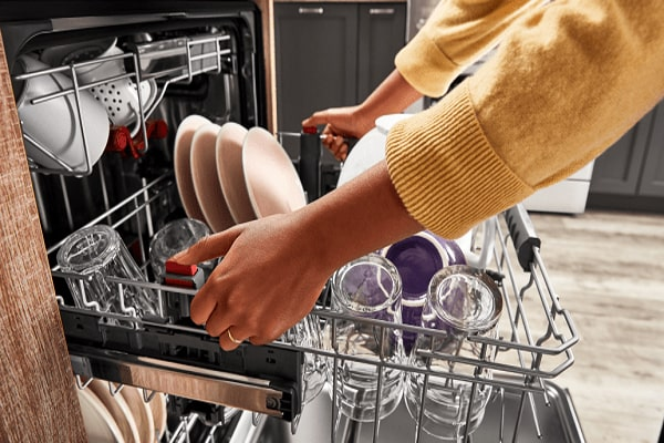 استفاده از جلادهنده در هنگام شستشو، از افتادن لکههای آب روی ظروف جلوگیری خواهد کرد