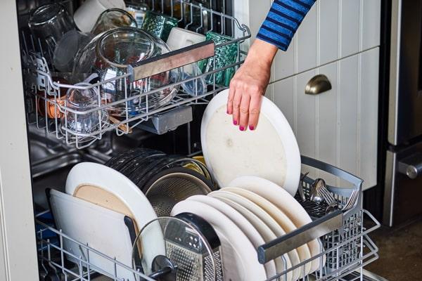 هرگز ظروف را قبل از به پایان رسیدن برنامه شستشو از دستگاه خارج نکنید